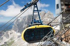 Τελεφερίκ που πλησιάζει το αυστριακό βουνό ST παγετώνων Dachstein Στοκ Εικόνες