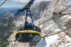 Τελεφερίκ που πλησιάζει το αυστριακό βουνό ST παγετώνων Dachstein Στοκ εικόνες με δικαίωμα ελεύθερης χρήσης