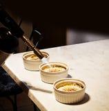 Τελική incrustation creme brulle προετοιμασία στην κουζίνα στοκ εικόνες