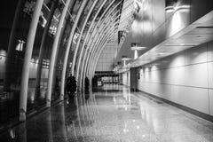 Τελικό κανάλι αερολιμένων ¼ ŒThe διαδρόμων ï αερολιμένων του τοίχου κουρτινών χάλυβα και γυαλιού Στοκ Φωτογραφίες