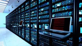 τελικό όργανο ελέγχου στο δωμάτιο κεντρικών υπολογιστών με τα ράφια κεντρικών υπολογιστών στο εσωτερικό datacenter Στοκ Εικόνες