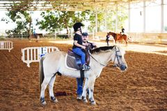 Τζίτζιφα Yakov, Ισραήλ - 21 Σεπτεμβρίου 2016: Μαθήματα ιππασίας για τα παιδιά Στοκ εικόνες με δικαίωμα ελεύθερης χρήσης
