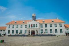 ΤΖΑΚΑΡΤΑ, ΙΝΔΟΝΗΣΙΑ - 3 ΜΑΡΤΊΟΥ 2017: Κτήριο μουσείων ιστορίας της Τζακάρτα όπως βλέπει από πέρα από το plaza μια όμορφη ηλιόλουσ Στοκ Εικόνες