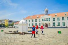 ΤΖΑΚΑΡΤΑ, ΙΝΔΟΝΗΣΙΑ - 3 ΜΑΡΤΊΟΥ 2017: Κτήριο μουσείων ιστορίας της Τζακάρτα όπως βλέπει από πέρα από το plaza μια όμορφη ηλιόλουσ Στοκ Φωτογραφία