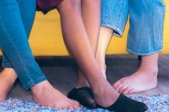 Τζιν ένδυσης ποδιών στοκ φωτογραφία