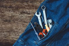 Τζιν, εξοπλισμός επισκευής και πολλά πρακτικά εργαλεία Τοπ άποψη με το αντίγραφο Στοκ Εικόνες