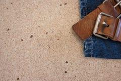 Τζιν και ζώνη σε μια επιφάνεια γρανίτη στοκ εικόνες