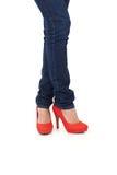 Τζιν και κόκκινα υψηλά παπούτσια τακουνιών Στοκ φωτογραφία με δικαίωμα ελεύθερης χρήσης