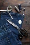Τζιν με dressmaking τη ραπτική εργαλείων ραψίματος Στοκ εικόνα με δικαίωμα ελεύθερης χρήσης