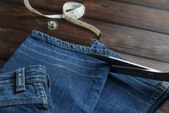 Τζιν με dressmaking τη ραπτική εργαλείων ραψίματος Στοκ Εικόνες