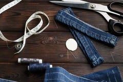 Τζιν με dressmaking τη ραπτική εργαλείων ραψίματος Στοκ φωτογραφία με δικαίωμα ελεύθερης χρήσης