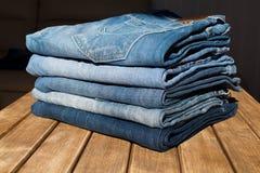 Τζιν παντελόνι με ένα μαύρο λουρί δέρματος Στην ξύλινη ανασκόπηση Στοκ Φωτογραφίες