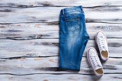 Τζιν παντελόνι και άσπρα keds Στοκ Εικόνα