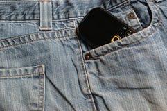 Τζιν παντελόνι και κινητό τηλέφωνο Στοκ φωτογραφία με δικαίωμα ελεύθερης χρήσης