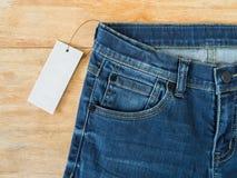 Τζιν παντελόνι με την άσπρη κενή τιμή Στοκ Εικόνες