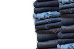 τζιν παντελόνι στην άσπρη συλλογή j υποβάθρου και τζιν τζιν παντελόνι Στοκ Εικόνα