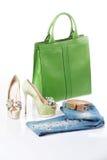 Τζιν, πράσινα σανδάλια και πράσινη τσάντα δέρματος Στοκ εικόνα με δικαίωμα ελεύθερης χρήσης