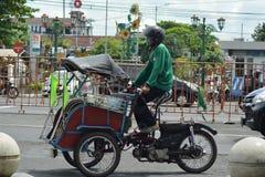 Τζοτζακάρτα, Ινδονησία march23, 2019: ξεχαρβαλωμένη δίτροχος χειράμαξα που ερευνά κάθε γωνία του δρόμου σε Malioboro Yogyakarta στοκ φωτογραφία