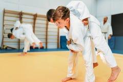 Τζούντο παιδιών, νέοι μαχητές στην κατάρτιση, μόνος-υπεράσπιση στοκ εικόνα