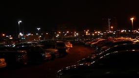 Τηγάνια καμερών πέρα από έναν ανατριχιαστικό χώρο στάθμευσης τη νύχτα κοντά στην αστικές πόλη και την εθνική οδό απόθεμα βίντεο