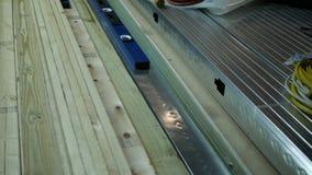Τηγάνια καμερών πέρα από ξύλινες 2 X 4 σανίδες για τη διαμόρφωση τοίχων στο τελειωμένο υπόγειο φιλμ μικρού μήκους