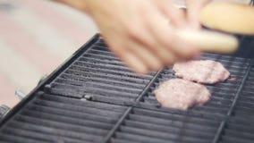 Τηγάνισμα του ακατέργαστου κρέατος για τα κουλούρια Burgers έπειτα στη σχάρα φιλμ μικρού μήκους