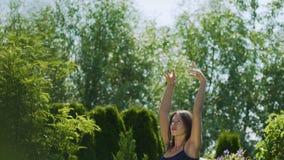 Τηγάνι από τον όμορφο θηλυκό χορευτή μέχρι τον ουρανό, σε αργή κίνηση θερινός υπαίθριος κήπος φιλμ μικρού μήκους
