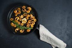 Τηγάνι εκμετάλλευσης αρχιμαγείρων με τις τηγανισμένες γαρίδες στοκ φωτογραφίες