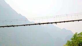 Τηγάνι, ζουμ, μεγαλοπρεπής κενή γέφυρα μπαμπού, Λάος απόθεμα βίντεο