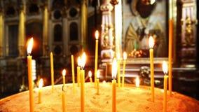 Τηγάνι καμερών Βίντεο του καψίματος των κεριών Στο υπόβαθρο, το εικονίδιο με το ιερό πρόσωπο απόθεμα βίντεο