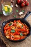 Τηγάνι με τα ψημένα tilapia ψάρια με τα λαχανικά στοκ εικόνα με δικαίωμα ελεύθερης χρήσης