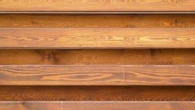 Τηγάνι σε ένα ξύλινο υπόβαθρο τοίχων απόθεμα βίντεο