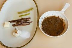 Τηγάνι της ουράς bagna με ένα πιάτο των συστατικών που χρησιμοποιούνται Στοκ φωτογραφία με δικαίωμα ελεύθερης χρήσης