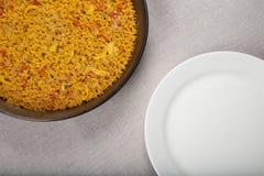 Τηγάνι Paella εναντίον του άσπρου πιάτου Στοκ φωτογραφία με δικαίωμα ελεύθερης χρήσης