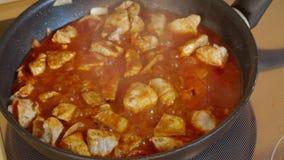 Τηγανίζοντας βόειο κρέας με τη σάλτσα στο καυτό τηγάνι Sizzling απόθεμα βίντεο