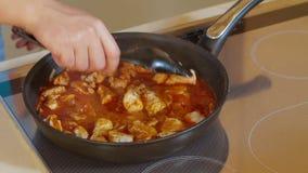 Τηγανίζοντας βόειο κρέας με τη σάλτσα στο καυτό τηγάνι Sizzling φιλμ μικρού μήκους