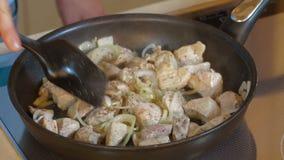 Τηγανίζοντας βόειο κρέας στο καυτό παν νόστιμο παχύ γεύμα Sizzling φιλμ μικρού μήκους