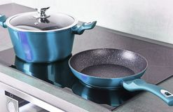Τηγανίζοντας δοχείο τηγανιών και χάλυβα στη σύγχρονη επαγωγή cooktop στοκ φωτογραφία με δικαίωμα ελεύθερης χρήσης