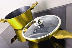 Τηγανίζοντας δοχείο τηγανιών και χάλυβα στη σύγχρονη επαγωγή cooktop στοκ φωτογραφίες με δικαίωμα ελεύθερης χρήσης