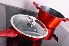 Τηγανίζοντας δοχείο τηγανιών και χάλυβα στη σύγχρονη επαγωγή cooktop στοκ εικόνα με δικαίωμα ελεύθερης χρήσης