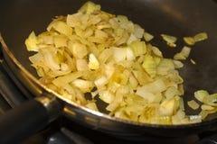 τηγανίζοντας κρεμμύδια Στοκ Φωτογραφίες