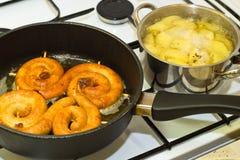 Τηγανίζοντας μαγείρεμα λουκάνικων και πατατών Στοκ Εικόνες