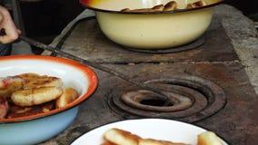 Τηγανίζοντας πίτες σε ένα τηγάνι φιλμ μικρού μήκους