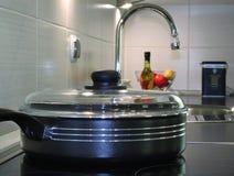 Τηγανίζοντας πανοραμική λήψη στη σύγχρονη κουζίνα Στοκ Εικόνες