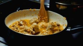 Τηγανίζοντας παν κοτόπουλο φιλμ μικρού μήκους