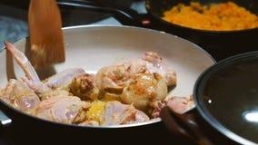 Τηγανίζοντας παν κοτόπουλο απόθεμα βίντεο
