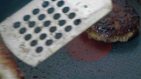 Τηγανίζοντας παν cutlets είναι τηγανισμένα φιλμ μικρού μήκους