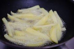 Τηγανίζοντας πατάτες σε ένα τηγάνι Στοκ εικόνες με δικαίωμα ελεύθερης χρήσης