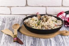 Τηγανίζοντας τηγάνι με τα τηγανισμένα λαχανικά κρέατος και ρυζιού Στοκ Φωτογραφία