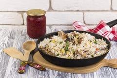Τηγανίζοντας τηγάνι με τα τηγανισμένα λαχανικά κρέατος και ρυζιού Στοκ φωτογραφία με δικαίωμα ελεύθερης χρήσης
